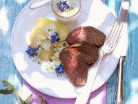 Pochiertes Rinderfilet mit Kräutersauce (grüner Sauce)
