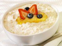 Porridge mit Honig und Beeren