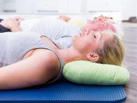 Eine Gruppe macht progressive Muskelentspannung