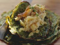 Püree aus Kartoffeln und geräuchertem Aal im Kräuterpfannkuchen