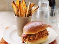 Pulled Pork Sandwich mit Pommes