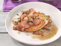 Putenbrust auf Radieschen-Champignongemüse mit buntem Blattsalat