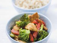 Putenpfanne mit Brokkoli und Paprika auf asiatische Art