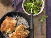 Putenschnitzel mit Käse-Schinken-Füllung dazu Feldsalat
