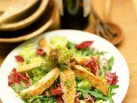 Putenstreifen und gemischter Blattsalat