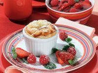 Quarksoufflé mit Erdbeer-Himbeer-Grütze