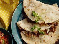 Quesadillas mit Hähnchen, Pinienkernen und Avocadopüree
