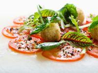 Quinoabällchen auf Tomatensalat
