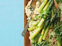 Quinoasalat mit Gemüse und Fisch vom Grill