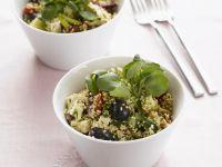 Quinoasalat mit Oliven und Schafskäse