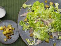 Räucherforelle auf grünem Salat