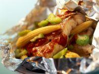 Red Snapper mit Gemüse in der Folie, auf mexikanische Art