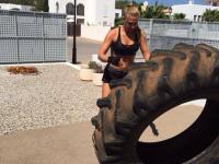 Frau trainiert unter freiem Himmel mit Reifen
