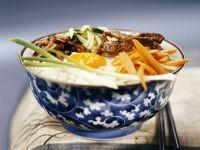 Reis mit Rind, Ei und Gemüse