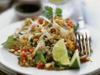 Reisnudel-Hackfleisch-Salat mit Nüssen und Sprossen