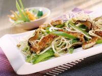 Reisnudelpfanne mit Paprika, Fleisch und Sprossen