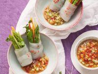 Reispapierröllchen mit grünem Spargel und scharfem Dip