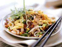 Reissalat mit Scampi und Omelettestreifen