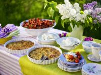Rhabarberkuchen mit Sahne und Erdbeeren