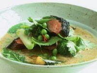 Rindercurry auf vietnamesische Art mit kleinen Auberginen und Kräutern