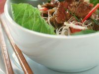 Rindergeschnetzeltes aus dem Wok mit Reisnudeln
