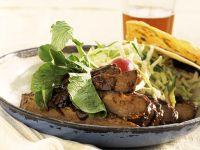 Rindergeschnetzeltes mit Salat und Maischips