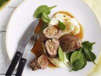 Rinderroulade mit Oliven gefüllt, Kartoffelpüree und jungem Spinat
