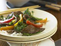 Rinderstreifen mit Broccoli und Paprika
