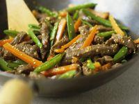 Rindfleisch-Wok mit Gemüse und Sesam