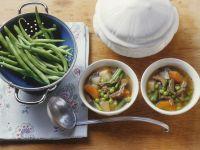 Rindfleischsuppe mit grünen Bohnen und Gemüse