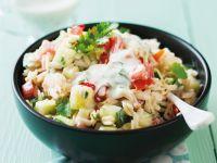 Risonisalat mit Gurke, Avocado, Tomate und Koriander