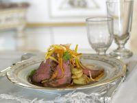 Roastbeef mit Gemüsestreifen und Kartoffeln
