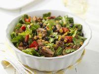Römersalat mit Rind, Mais und Gemüse