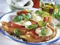 Röstbrot mit Rohschinken, Mozzarella und Tomaten