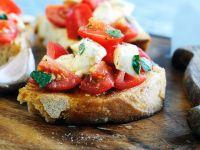 Röstbrot mit Tomaten und Mozzarella