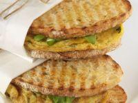 Röstbrot-Sandwiches mit Kräuter-Omelett