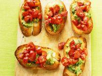 Röstbrote mit Avocadocreme und Tomaten