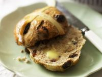 Rosinenbrötchen mit Butter (Hot Cross Buns)