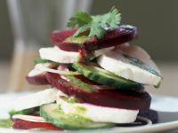 Rote Bete mit Mozzarella und Gurke, dazu Kräutervinaigrette