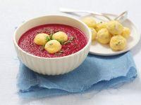Rote Bete-Suppe mit Käsebällchen