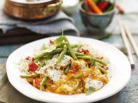 Rotes Hähnchencurry auf Thai-Art mit Bohnen und Reis