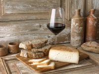Rotwein dazu Käse und Brot