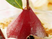 Rotweinbirne mit Madeirasoße
