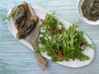 Rucolasalat mit Oliven-Crostini