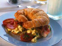 Rührei-Tomaten-Croissant mit Speck