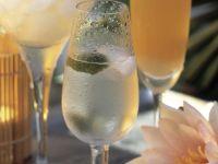 Rum-Cocktail mit Eis und Kirsche