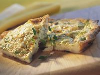 Rustikales Omelett mit Porree und Kräutern