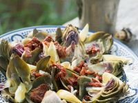 Salat aus Artischocken und getrockneten Tomaten