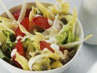 Salat aus Chicorée, Endivien und Blutorangen