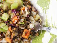 Salat aus Linsen, Gurke, Sellerie und Karotte